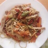 Tallarines en salsa de soja (verduras y cerdo)