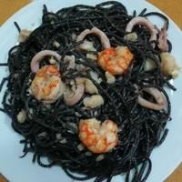 Espaguetis negros con calamar y gulas