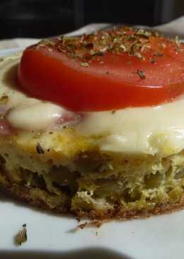 Colchón de arvejas con jamón, queso y tomate