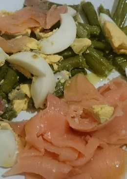 Ensalada de salmón, espárragos verdes y huevo