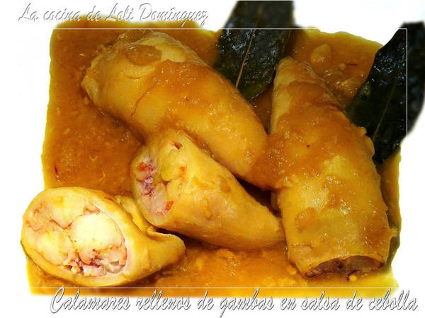Calamares rellenos de gambas en salsa de cebolla