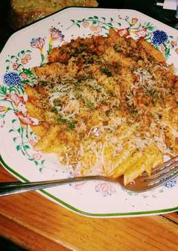 Macarrones con salsa de tomate, carne picada y queso
