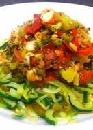 Espaguetis de calabacín con verduras y langostinos