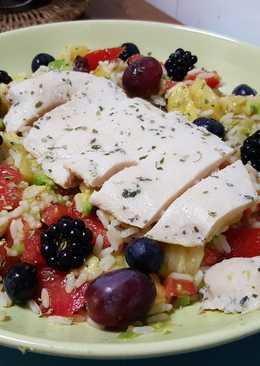 Ensalada de arroz con pollo, tomate, aguacate y piña