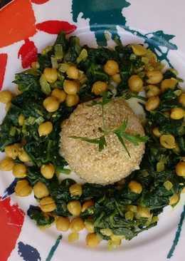 Espinacas con garbanzos y quinoa vegetariana