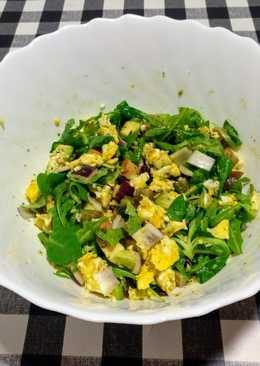 Ensalada tibia de rúcula y canónigos con huevo picado (revuelto)