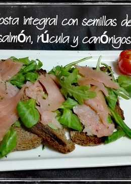 Tosta integral con semillas de lino, salmón, rúcula y canónigos