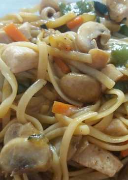 Tallarines con pollo, verduras y salsa de soja