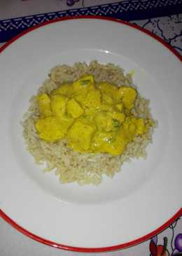 Pollo al curry acompañado con arroz integral