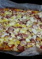 Pizza con masa de coliflor de salchichas y queso