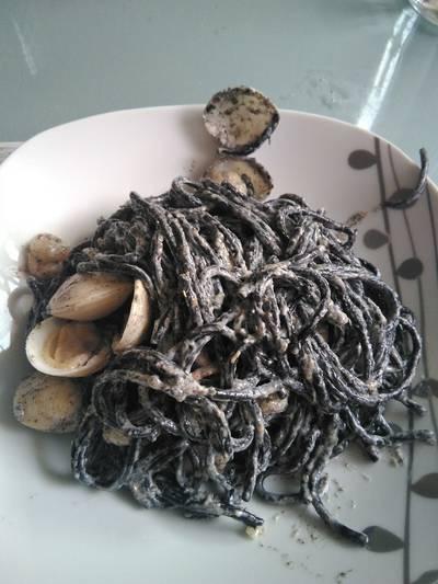 Espaguetis negros con gambas y almejas