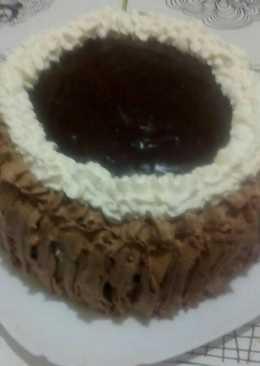 Tarta de crema pastelera con nata y cobertura de chocolate