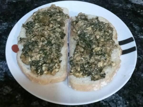 Tostadas con revuelto de espinacas y queso fresco