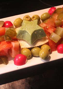 Ensalada de huevo cuadrado y estrella de pepino y queso
