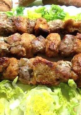 Brochetas de cerdo y trozos de pan crujiente (para dieta)