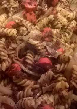 Espirales de pasta salteados con morcilla de burgos y salchichas