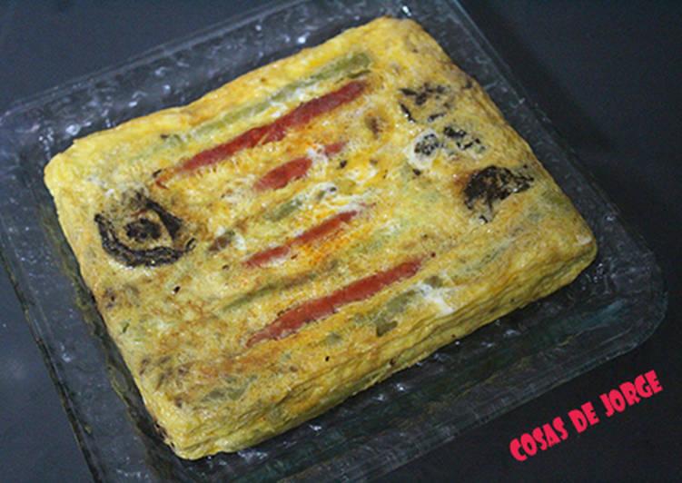 Tortilla cuadrada de chistorra, espárragos y tomates secos