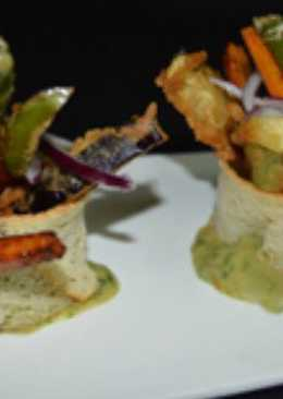 Verduras crujientes sobre guacamole