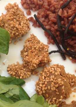 Arroz rojo con seitán picante y costra de sésamo