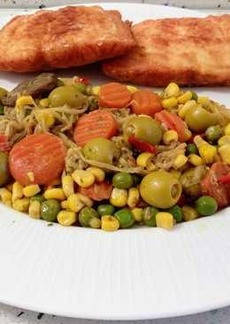 Salmón frito con salteado de verduras con brotes de judías y aceitunas