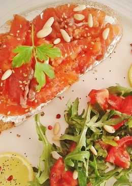 Pan payés ibicenco con salmón marinado