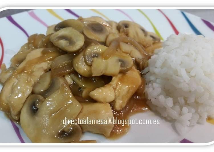 Pollo con champiñones en salsa de soja