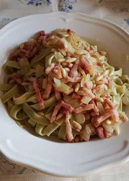 Pasta de espinacas con salteado de bacon y piñones