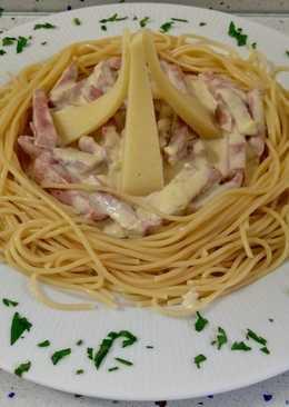 Espaguetis templados con crema de jamón y queso