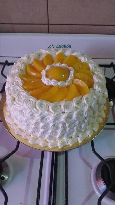 Torta de crema y duraznos