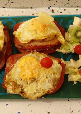 Pincho de lomo gratinado con queso y ensalada