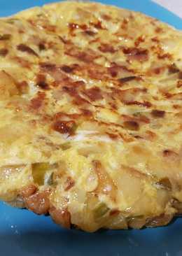 Tortilla de papas con cebolla y pimiento