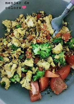 Scrambled tofu con verduras salteadas a la cúrcuma