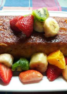 Budín de pan borracho con ensalada de frutas