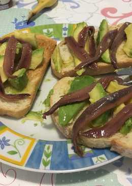 Tosta de aguacate con anchoa