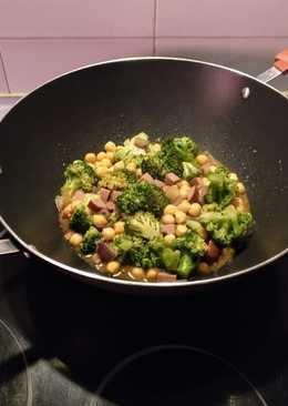 Wok de brócoli con garbanzos y salchicha ahumada