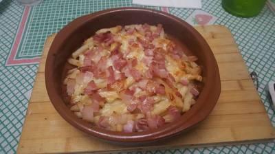 Patatas fritas con queso y bacon