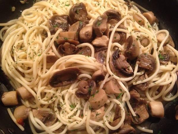 Espaguetis con champiñones salteados