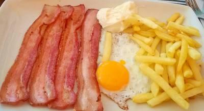Beicon con huevos y patatas fritas