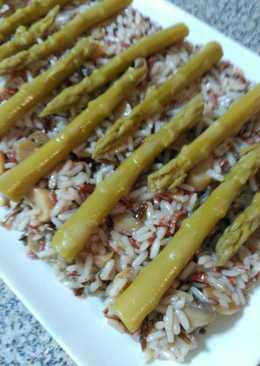 Ensalada de arroz con champiñones y espárragos trigueros