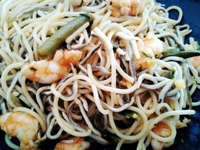 Espaguetis con langostinos y gulas