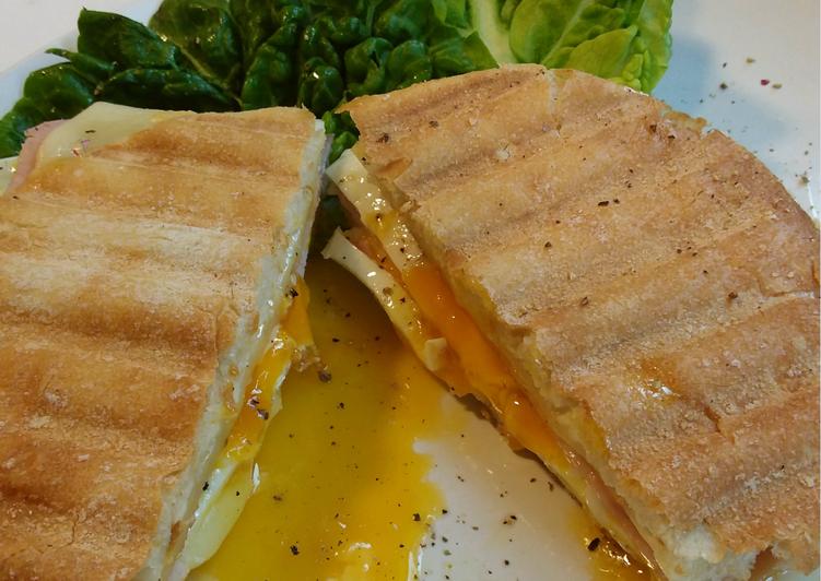 Sándwich con queso/jamón y corazón de huevo jugoso