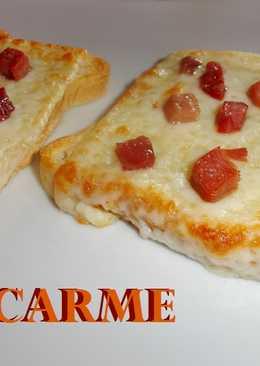 Pizzetas de pan de molde con queso y jamón serrano