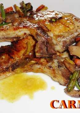 Chuletas de cerdo con mostaza, miel y salteado de verduras