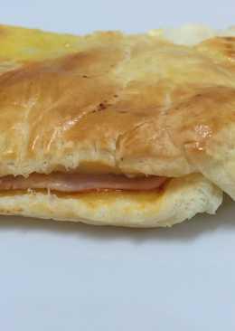 Hojaldre de jamón y queso fresco con tomate