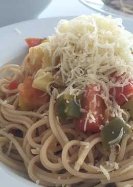 Espaguetis integrales con verduras salteadas y queso