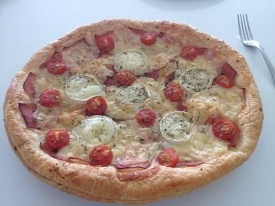 Hojaldre de jamón, emmental, queso de cabra y tomates cherry