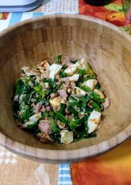 Ensalada tibia de atún, huevo duro y hojas verdes de puerro