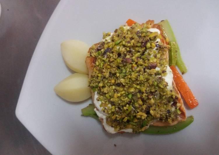 Salmón costrado con queso fresco y pistachos