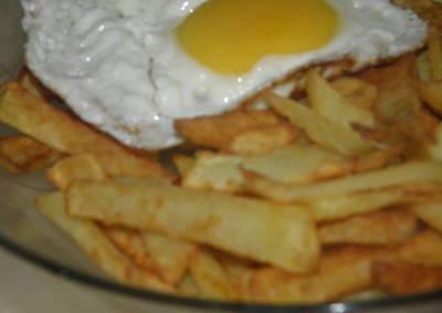 Papas fritas con huevo frito