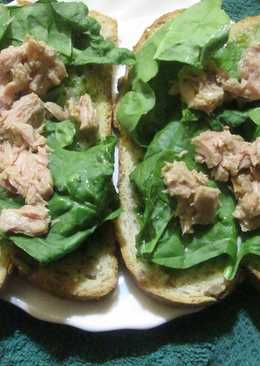 Pan blanco con salsa verde, brotes de espinaca y atún
